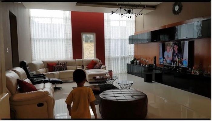 Ruang keluarga Bu Dendy