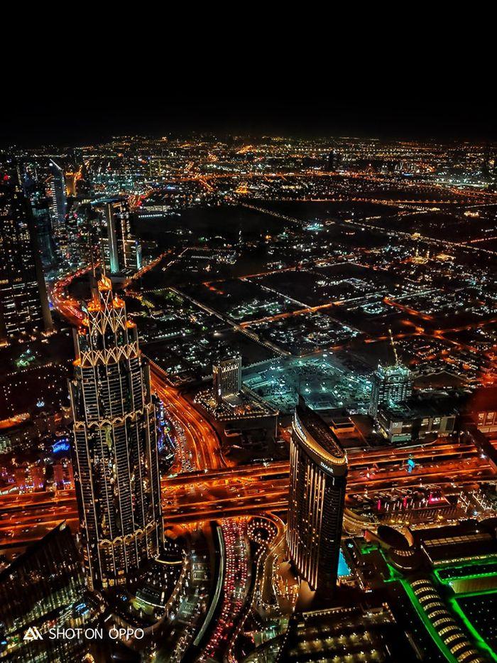Dubai dari ketinggian 422 meter, difoto dengan fitur night mode Oppo R17 Pro.