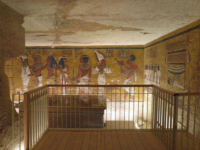 Pagar pembatas untuk melihat mumi Raja Tutankhamun.