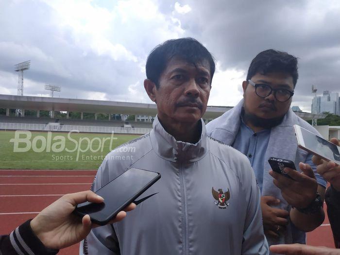 Pelatih timnas U-22 Indonesia, Indra Sjafri menjawab pertanyaan wartawan seusai memimpin latihan timnya di Stadion Madya, Jakarta, Rabu (30/1/2019).