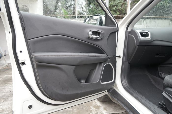 Cup holder di Jeep Compass total ada 8 buah