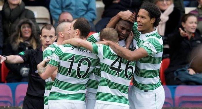 Amido Balde (dua dari kanan) bersama Virgil van Dijk (kanan) dan rekan setim saat membela Celtic.