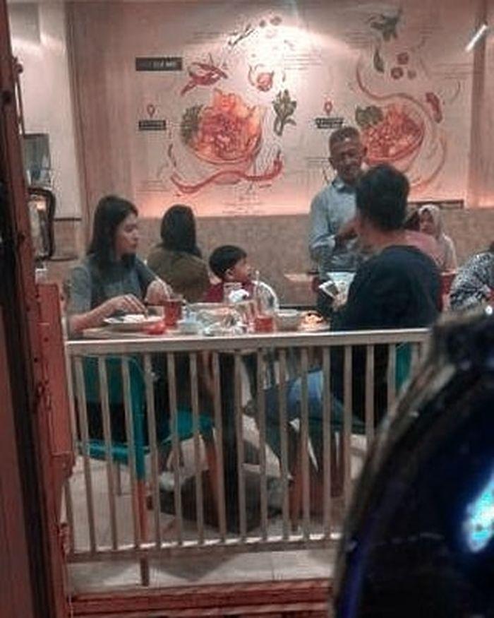 Penampilan Selvi Ananda Saat Makan Malam di Malang