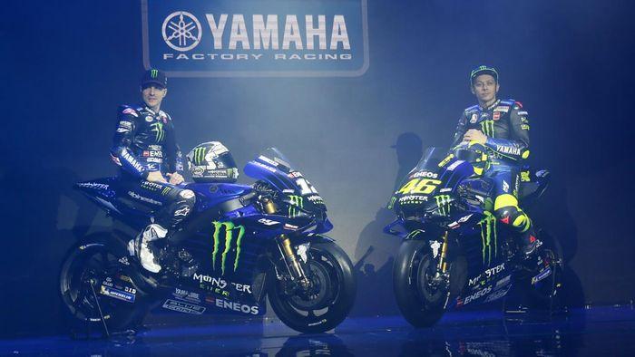 Pebalap tim Monster Energy Yamaha MotoGP Valentino Rossi (kanan) dan Maverick Vinalessaat peluncuran tim di Jakarta, Senin (4/2/2019). Rossi dan Vinales akan mengendarai motor YZR-M1 pada balapam Moto GP musim ini...Kompas/Hendra A Setyawan.4-2-2019