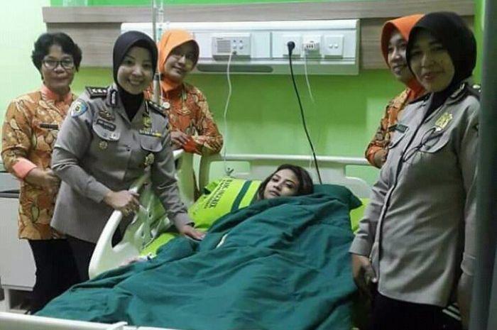 Polwan dari fungsi pengawasan internal Polda jatim mengecek kondisi kesehatan dan perawatan tahanan tersangka Vanessa Angel di Rumah Sakit Bhayangkara.