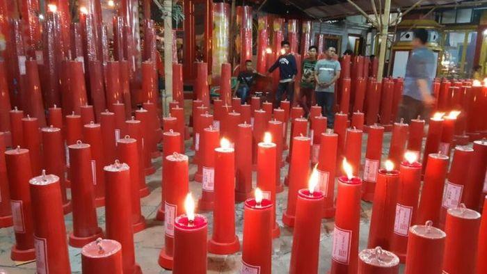 Suasana perayaan Imlek 2570 di Vihara Welas Asih, Kota Cirebon, Jawa Barat, Senin (4/2/2019) malam.