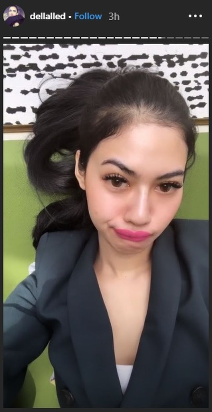 Della Perez Tampil Cetar dengan Lipstik Warna Pink