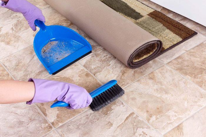 Bersihkan lantai dari noda di kamar mandi