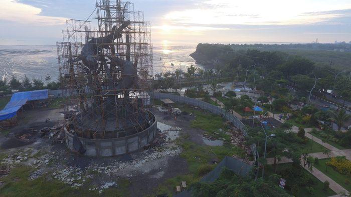IKON BARU - Foto udara suasana Taman Suroboyo dimana Patung Suro dan Boyo di Kenjeran masih dalam tahap pembangunan, Selasa (5/2). Patung yang memiliki tinggi sekitar 25 meter itu akan menjadi patung lambang Kota Surabaya terbesar di kota Surabaya dan direncanakan akan rampung pada Maret 2019 dengan