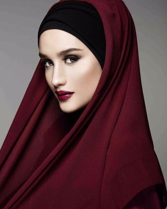 Penampilan anggun Cinta Laura dalam balutan hijab berwarna merah maroon