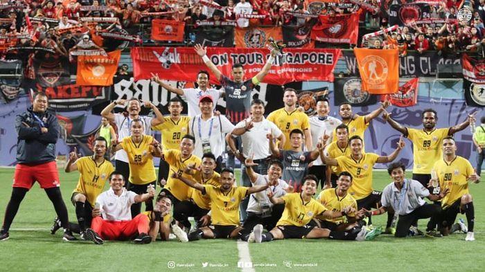 Skuat Persija Jakarta merayakan kemenangan atas Home United di Stadion Jalan Besar, Kallang, Singapura, Selasa (5/2/2019).