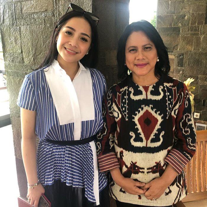 Nagita Slavina dan Ibu Negara Iriana saat berfoto bersama