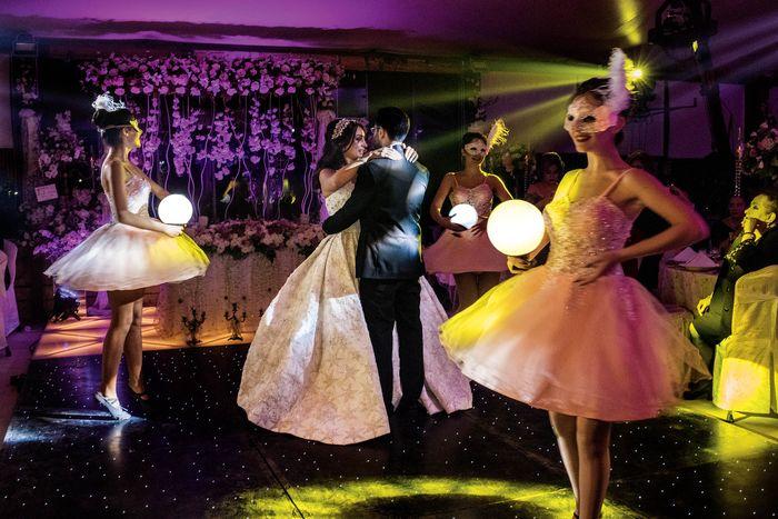 Sebuah acara pernikahan di Riga Palace di Aleppo menjadi perayaan pertama di hotel itu dalam empat tahun ini, tanda bahwa kehidupan normal telah kembali ke kota itu. Selama pengepungan hampir empat tahun, sang pemilik hotel, Nawras Riga, dan 45 pegawainya tinggal di hotel itu, di dekat garis depan p