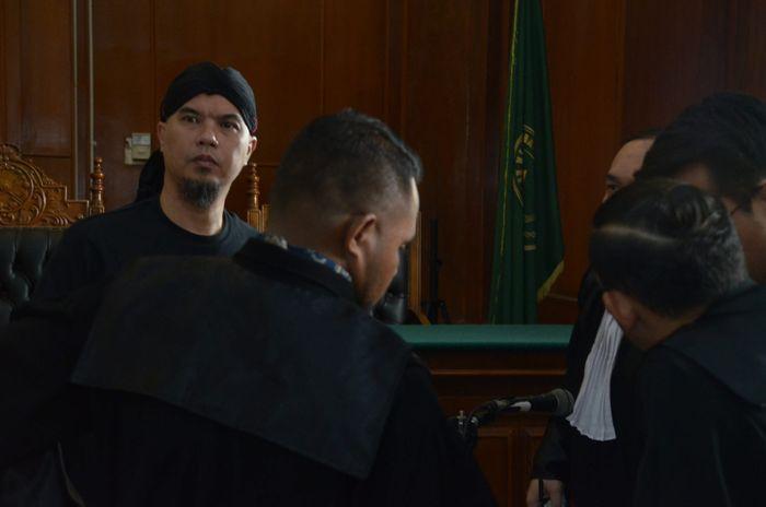 SIDANG PERDANA - Musisi dan politikus  Ahmad Dhani Prasetya (ADP) saat menjalani sidang perdana kasus pencemaran nama baik dengan agenda sidang pembacaan dakwaan di Pengadilan Negeri (PN) Surabaya, Kamis (7/2). SURYA/AHMAD ZAIMUL HAQ