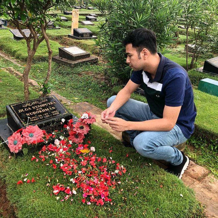 Raffi Ahmad mengunjungi makam Olga Syahputra