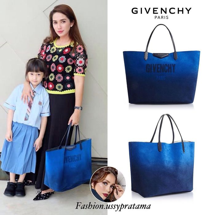 5 koleksi tas milik Ussy Sulistiawaty: Gradient Blue and Silver Reversible Tote Bag by Givenchy