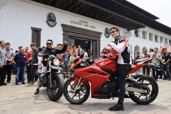 Gubernur Jawa Barat Ridwan Kamil saat berfoto bersama pebalap Moto GP Marc Marquez di Gedung Sate, Jalan Diponegoro, Sabtu (9/2/2019).