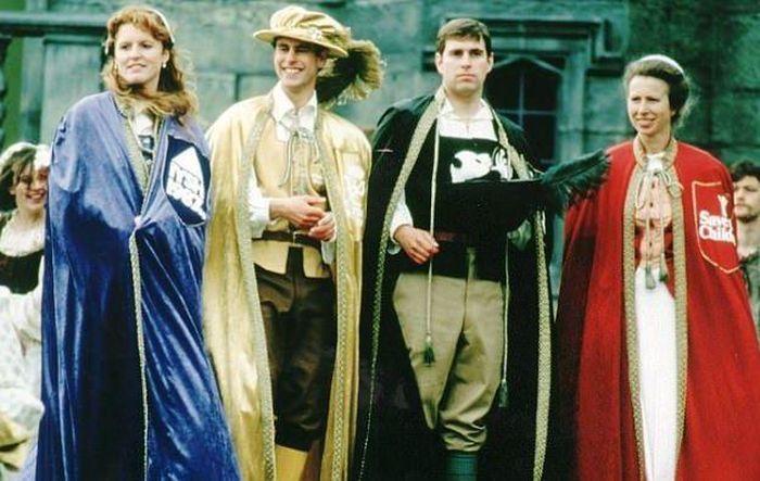Para bangsawan inggris menggunakan kostum Elizabethan untuk acara Royal Knockout