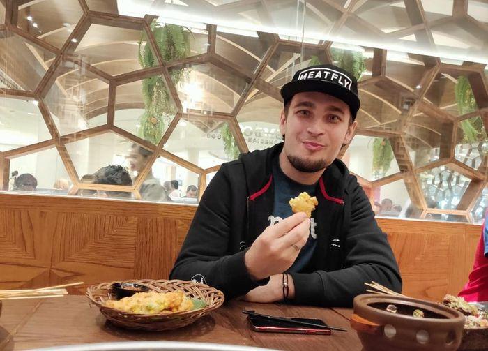 Karel Abraham senang makan makanan Indonesia lho!