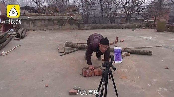 Ia juga tak segan untuk merekam aksinya ketika sedang mengangkut batu bata
