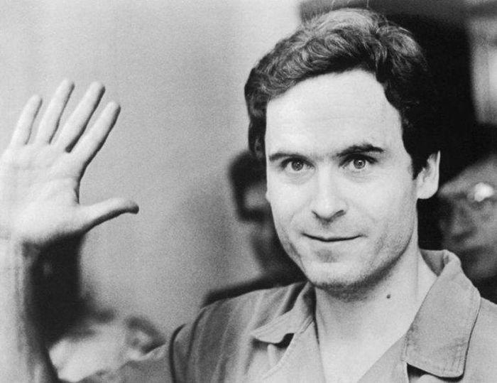Ted Bundy melambaikan tangan ke kamera televisi selama persidangan atas penyerangan dan pembunuhan beberapa wanita di Florida pada 1978.