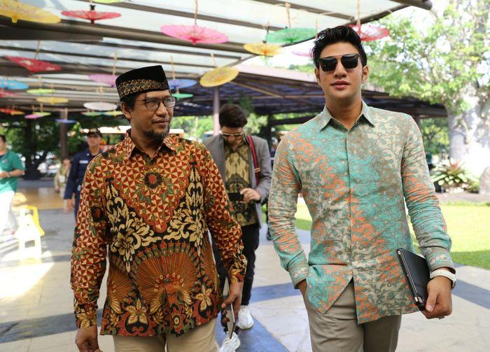 Ammar Zoni didampingi keluarga saat tiba di lokasi pertunangan  di Chakra Venue and Lounge, Green Office Park BSD City, Tangerang, Banten