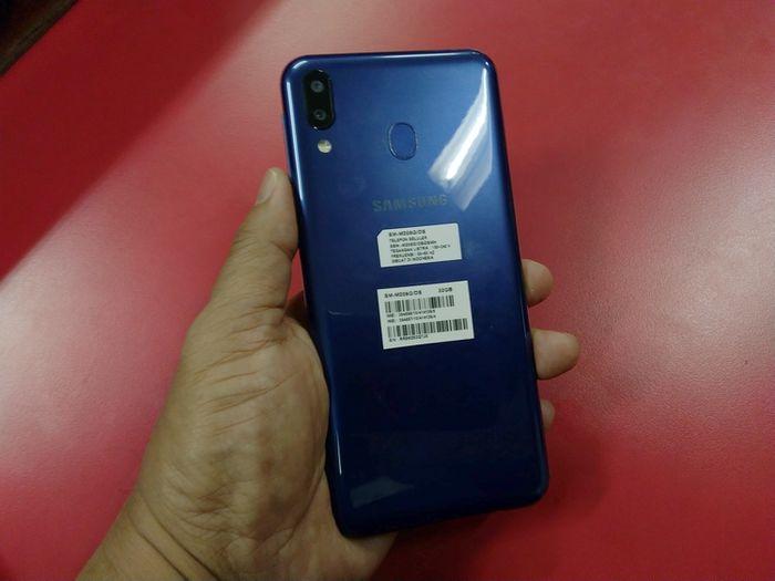 Sisi belakang Galaxy M20 warna biru