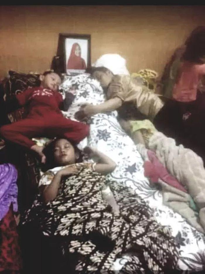 Ustaz Maulana dan anak-anaknya tidur di samping jenazah sang istri