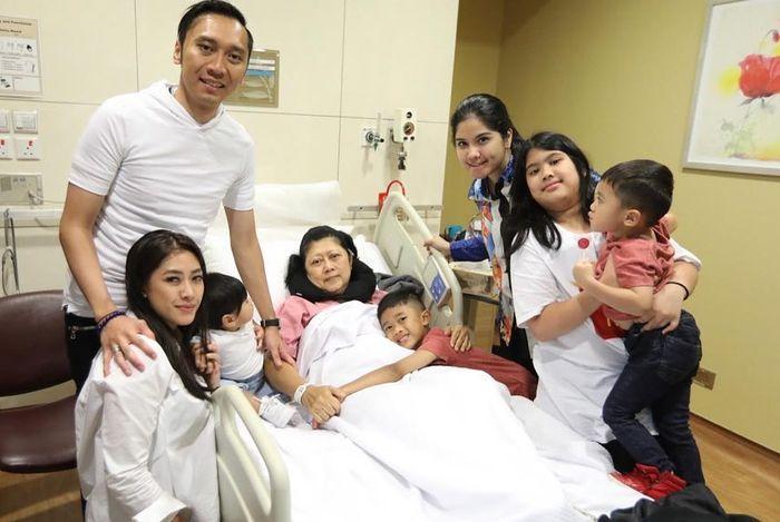 Ani Yudhoyono dan keluarga saat dirawat di NUH, Singapura