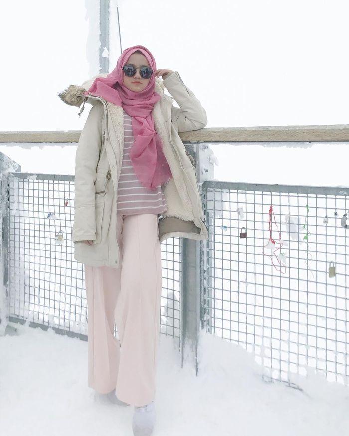 Gaya Wirda Manur dengan outfit pink