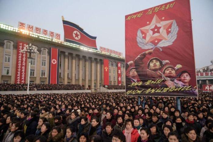 Warga Korut menggalang dukungan untuk pidato Tahun Baru di Pyongyang, 2019.