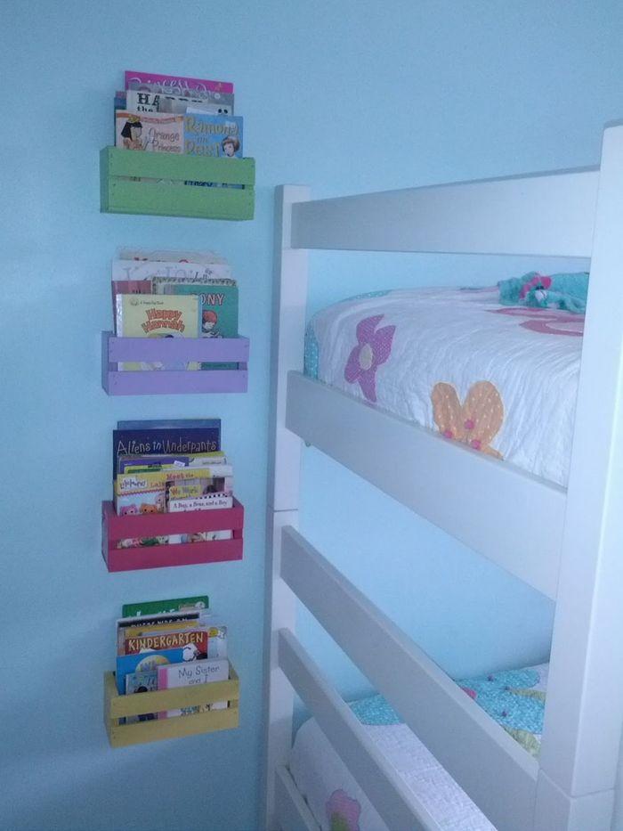 Rak gantung yang terdapat pada kamar tidur anak