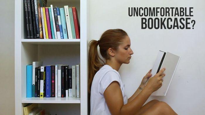 Rak buku di sudut ruangan