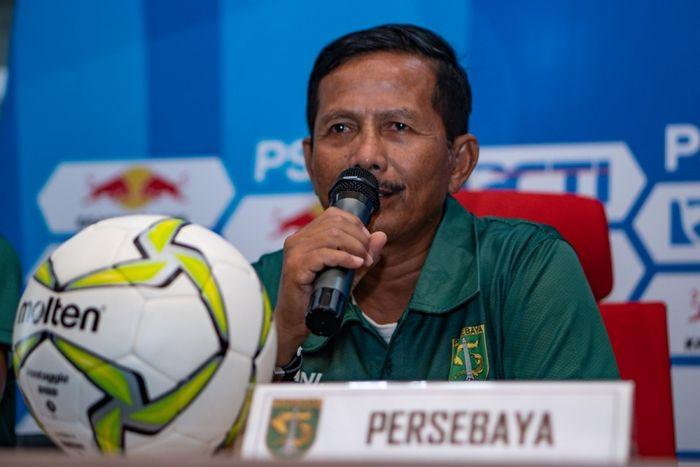 Pelatih Persebaya Surabaya, Djadjang Nurdjaman, ketika menyampaikan pernyataan pada sesi konferensi pers jelang pertandingan timnya melawan Persinga Ngawi.