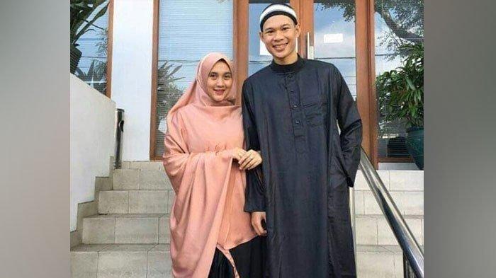 Mantan pemain PSPS Riau, Khairunnas Afrizal, berfoto bersama sang istri.
