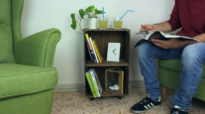 Rak buku bersusun yang juga digunakan sebagai meja  kopi