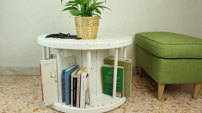 Rak buku ini juga merupakan meja kopi