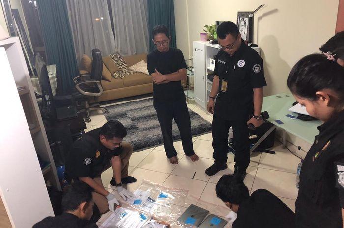 Satgas Antimafia Bola melakukan penggeledahan terhadap apartemen Joko Driyono.