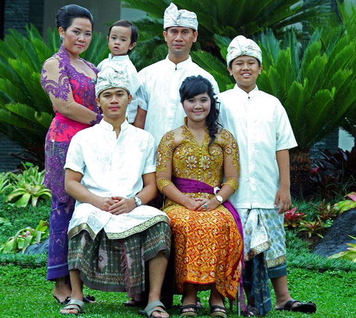 Ajik Krisna dan keluarga