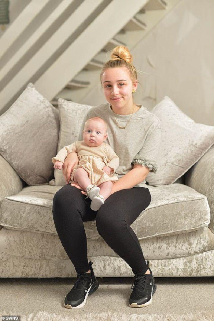 Ebony bersama putri yang dilahirkannya (bulan Februari 2019)