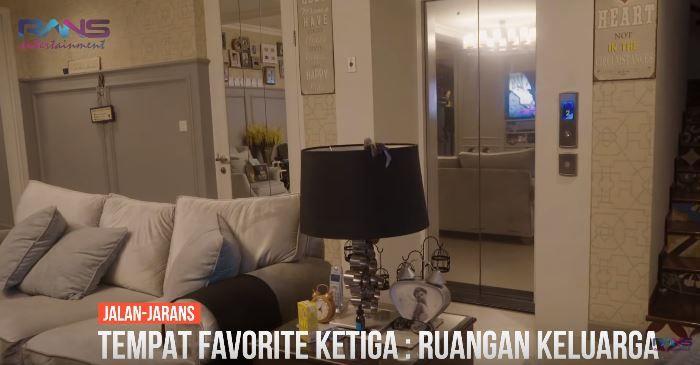 Potret ruang keluarga rumah Mama Rieta