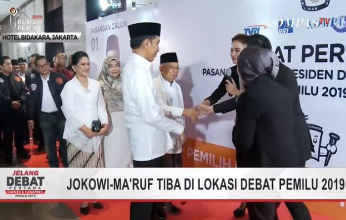 Penampilan anggun Iriana Jokowi dalam balutan kebaya dan kain batik saat hadiri Debat Capres pertama