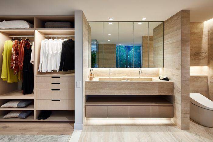 Manfaatkan ruang sisa. Dinding bisa dioptimalkan jadi tempat simpan.