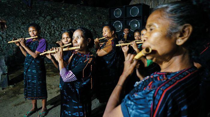 Penampilan musik rakyat berhasil memukau para pesepeda saat menginap di Kampung Adat Bena, Desa Tiworiwu, Kecamatan Jerebuu, Kabupaten Ngada.