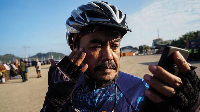 Salah satu ritual sebelum bersepeda adalah memakai krim tabir surya.