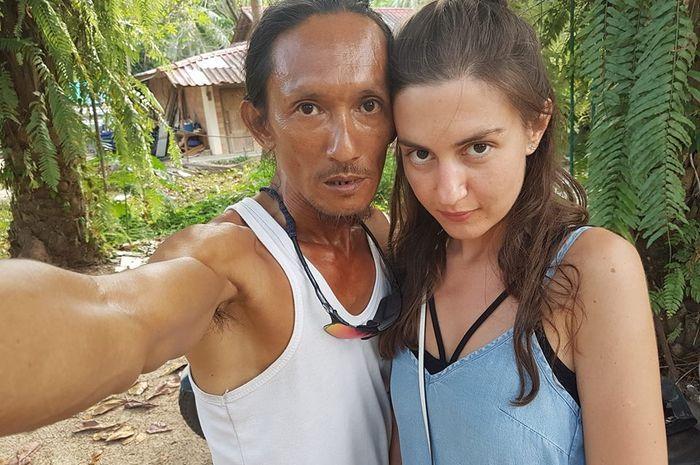 The Cave Man dan seorang wanita cantik.
