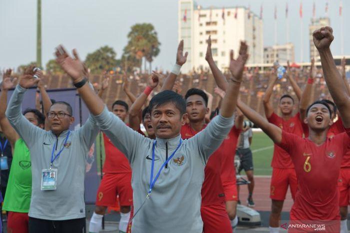 Pelatih Timnas U-22 Indonesia, Indra Sjafri, merayakan kemenangan tim di Piala AFF U-22 2019.