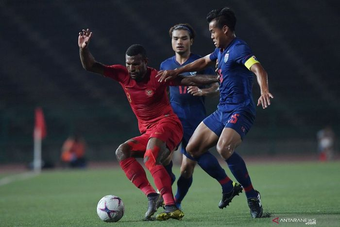 Striker Timnas U-22 Indonesia, Marinus Wanewar ditempel ketat kapten Thailand, Saringkan Promsupa, dalam laga final Piala AFF U-22 2019.