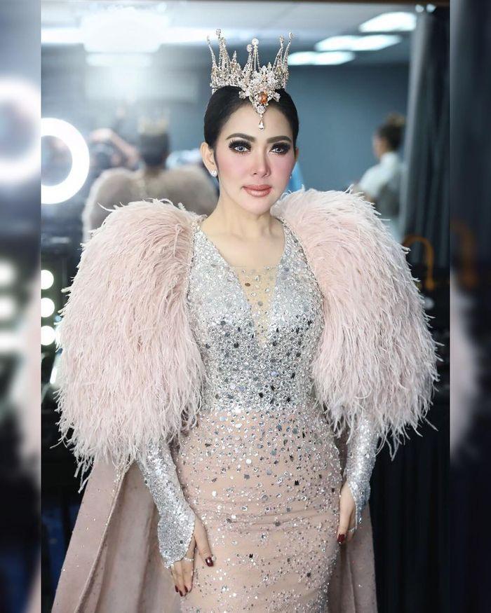 Penampilan anggun Syahrini pakai mahkota layaknya Putri Kerajaan