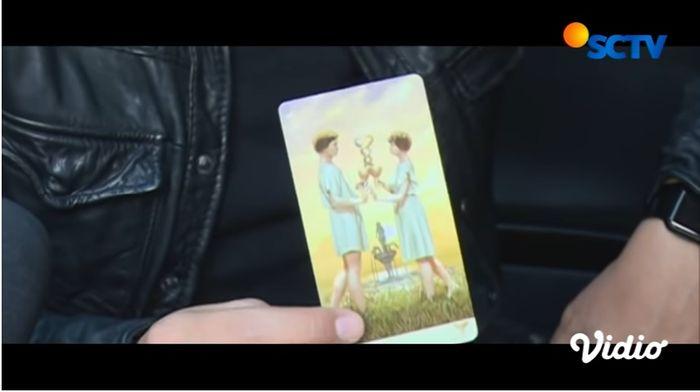 Denny Darko tunjukkan kartu dua cawan saat coba terawang hubungan pernikahan Reino Barack dan Syahrini.